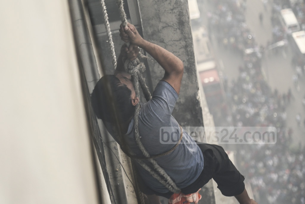 Fire crews bringing down people rescued from the 23-storey FR Tower in Dhaka's Banani during a deadly fire on Thursday afternoon. Photo: Mahmud Zaman Ovi
