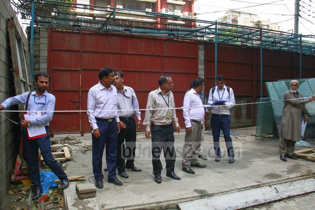 A RAJUK team inspecting a building on Kamal Ataturk Avenue in Dhaka's Banani on Monday as part of a drive to find out faults in construction and fire safety systems.