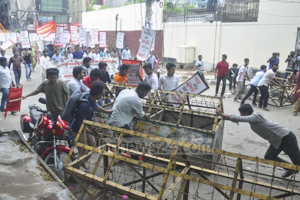 Ganasanghati Andolan workers faced police barricade near the National Press Club in Dhaka on Wednesday while marching towards the energy ministry to lay a siege demanding that the government stop the efforts to raise gas prices.