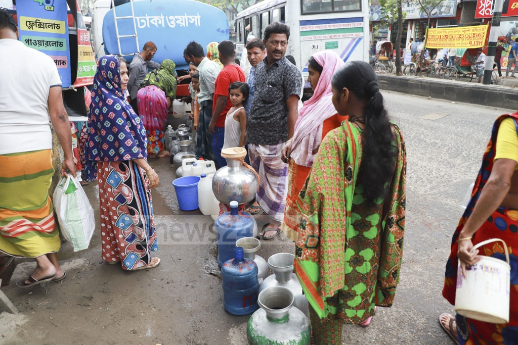 The water supply lines have dried up over the last few days. Residents of Jatrabari's Nabi Nagar are now reliant on WASA's mobile water-supply. Photo: Abdullah Al Momin
