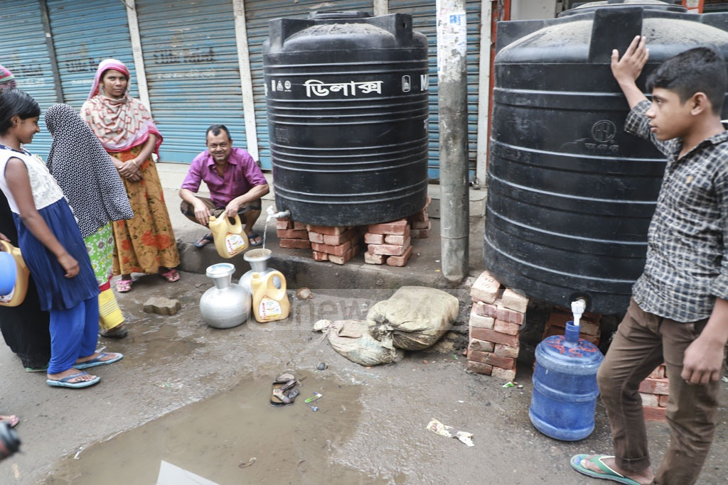 Residents gather drinking water from a water tank temporarily placed on a roadside in Jatrabari's Mir Hajirbagh. Photo: Abdullah Al Momin