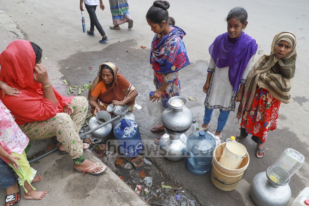 A water crisis has gripped different parts of Jatrabari. As part of a personal initiative, safe drinking water is supplied twice a day to low-income households in Jurain's Natun Rasta. Photo: Abdullah Al Momin