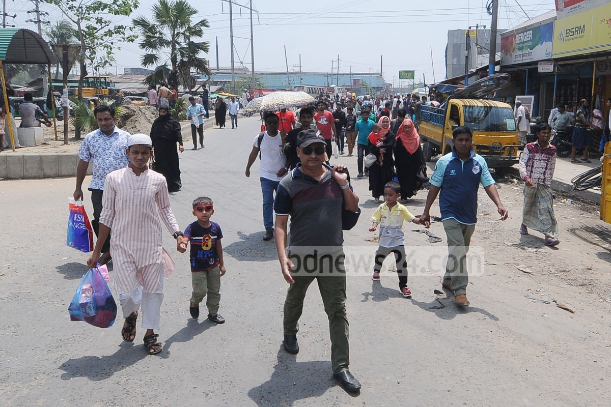 Bus passengers cross the College Bazar area of Chattogram's Karnaphuli during the protest of students and locals over the injuries of a schoolgirl in a road accident. Photo: Suman Babu