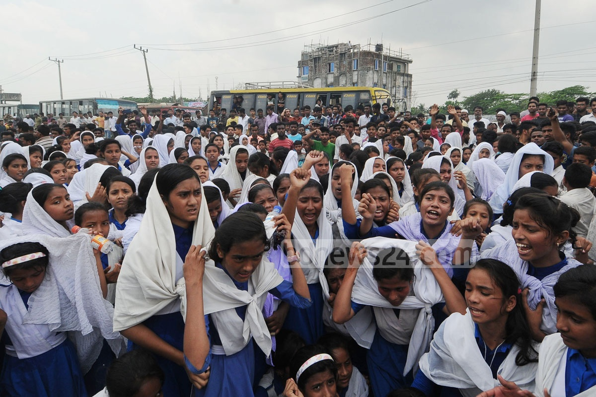 Students and locals block the Chattogram-Cox's Bazar Highway in the College Bazar area in Chattogram's Karnaphuli on Saturday to protest the injuries of a schoolgirl in a road accident. Photo: Suman Babu