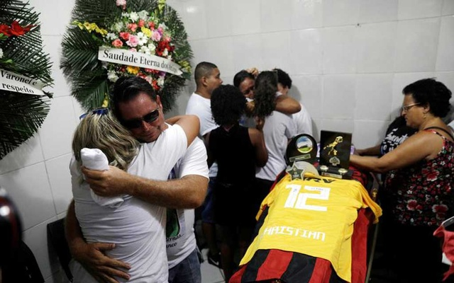 Relatives and friends of goalkeeper Christian Esmerio, 15, react during his funeral in Rio de Janeiro, February 10, 2019. Reuters