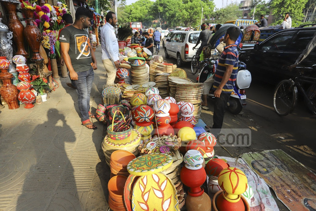 Clay-made products are on display in the makeshift shops at the Dhaka University's Doyel Chattar. Photo: Mahmud Zaman Ovi