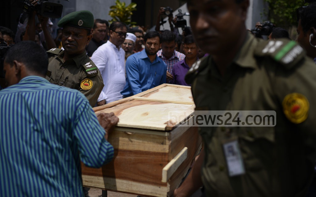 Relatives carrying the body of Nusrat Jahan Rafi to Feni for burial after a post-mortem examination at the Dhaka Medical College Hospital on Thursday. Photo: Mahmud Zaman Ovi