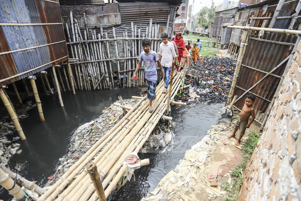 Bamboo bridges are set up to connect the slums on the two sides of Paris Road Khal in Mirpur. Photo: Asif Mahmud Ove