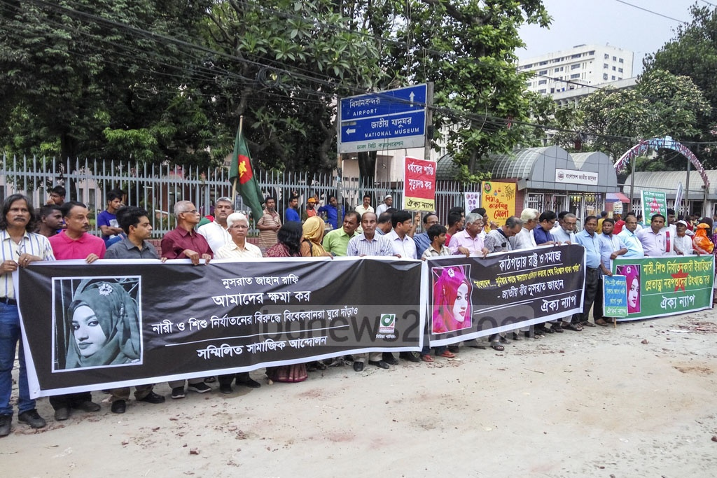 Sammilita Samajik Andolan and Oikya NAP form a human chain at Shahbagh in Dhaka on Saturday demanding punishment to those involved in the killing of Feni madrasa student Nusrat Jahan Rafi. Photo: Abdullah Al Momin