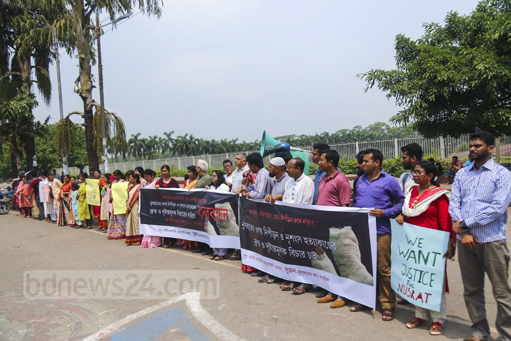 Two organisations—Sushasoner Jonno Nagorik or Sujon and National Girl Child Advocacy Forum—form a human chain on Dhaka's Manik Mia Avenue on Monday demanding exemplary punishment to the killers of Feni madrasa student Nusrat Jahan Rafi. Photo: Mahmud Zaman Ovi