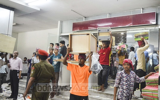 Companies and organisations continued taking away their stuff from the BGMEA Bhaban at Hatirjheel in Dhaka on Thursday as Rajuk allowed them to do so after sealing off the building for demolition.
