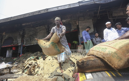 Shopkeepers remove goods from shops at the Malibagh Kitchen Market after a fire incident on Thursday. Photo: Mahmud Zaman Ovi