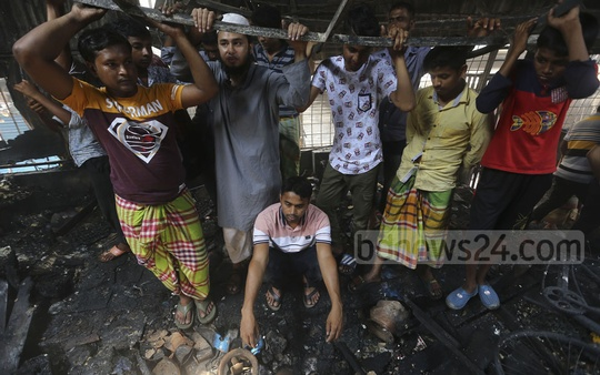 Owners checking on their burnt shops in the Malibagh Kitchen Market on Thursday. Photo: Mahmud Zaman Ovi