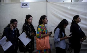 Job seekers line up for interviews at a job fair in Chinchwad, India, Feb 7, 2019.REUTERS