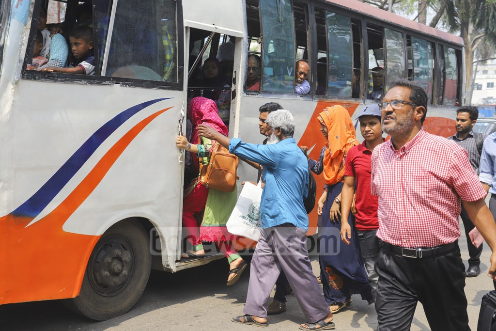 Women jostling with men to get on a bus. Photo: Asif Mahmud Ove