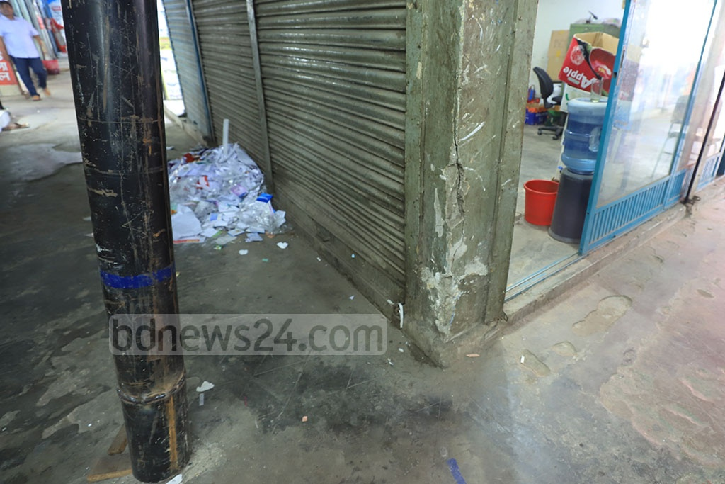 Cracks have appeared in a pillar of the Capital Supermarket in Dhaka's Farmgate. Photo: Abdullah Al Momin