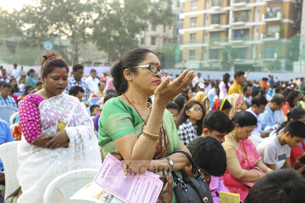Christian devotees hold prayers at dawn at the T&T field near Manik Miah Avenue in Dhaka on Easter Sunday. Photo: Asif Mahmud Ove