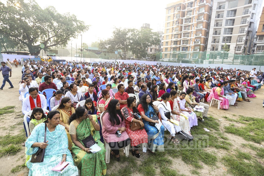 Christian devotees gather in prayer at the T&T field near Manik Miah Avenue in Dhaka on the morning of Easter Sunday. Photo: Asif Mahmud Ove