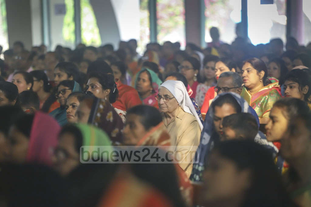 Christian devotees offer prayers at Tejgaon's Japamala Rani Church in Dhaka on the morning of Easter Sunday. Photo: Asif Mahmud Ove