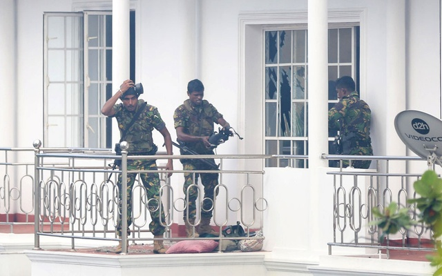 Sri Lankan Special Task Forces soldiers raid a house following an explosion in Colombo, Sri Lanka April 21, 2019. REUTERS