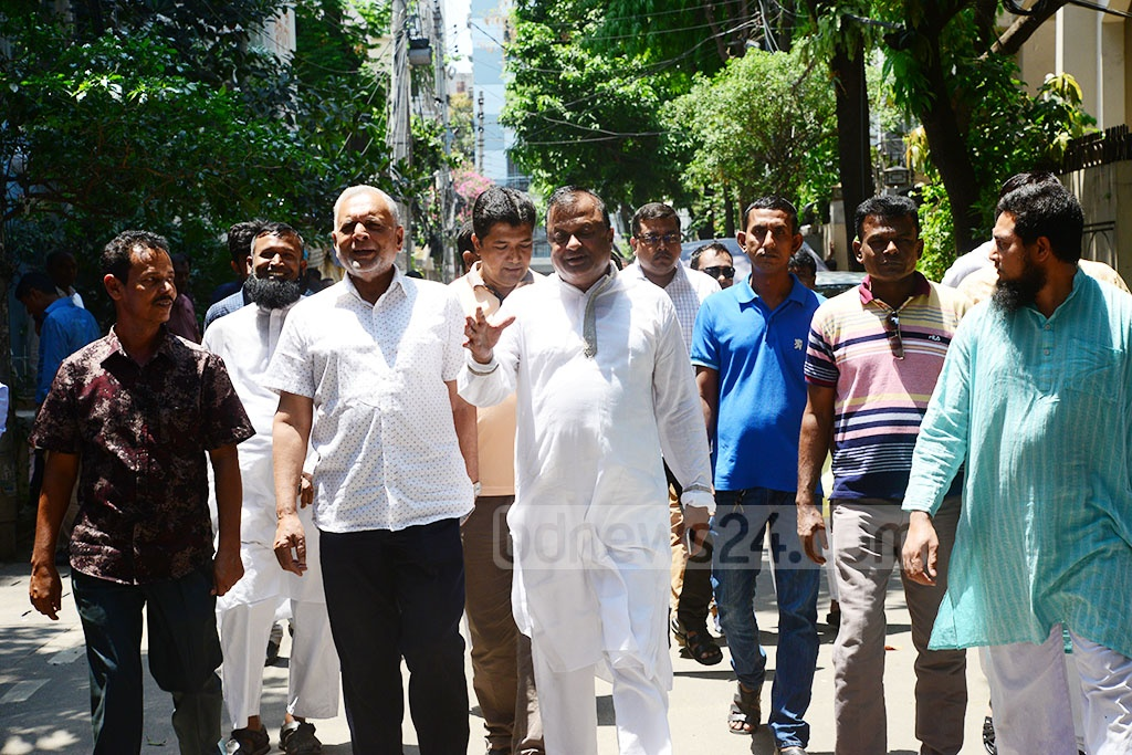 Mourners visit Awami League leader Sheikh Fazlul Karim Selim's residence in Dhaka's Banani on Monday after his grandson Zayan Chowdhary was killed and his son-in-law Moshiul Haque Chowdhary Prince injured in the Easter Sunday bomb blasts in Sri Lanka.