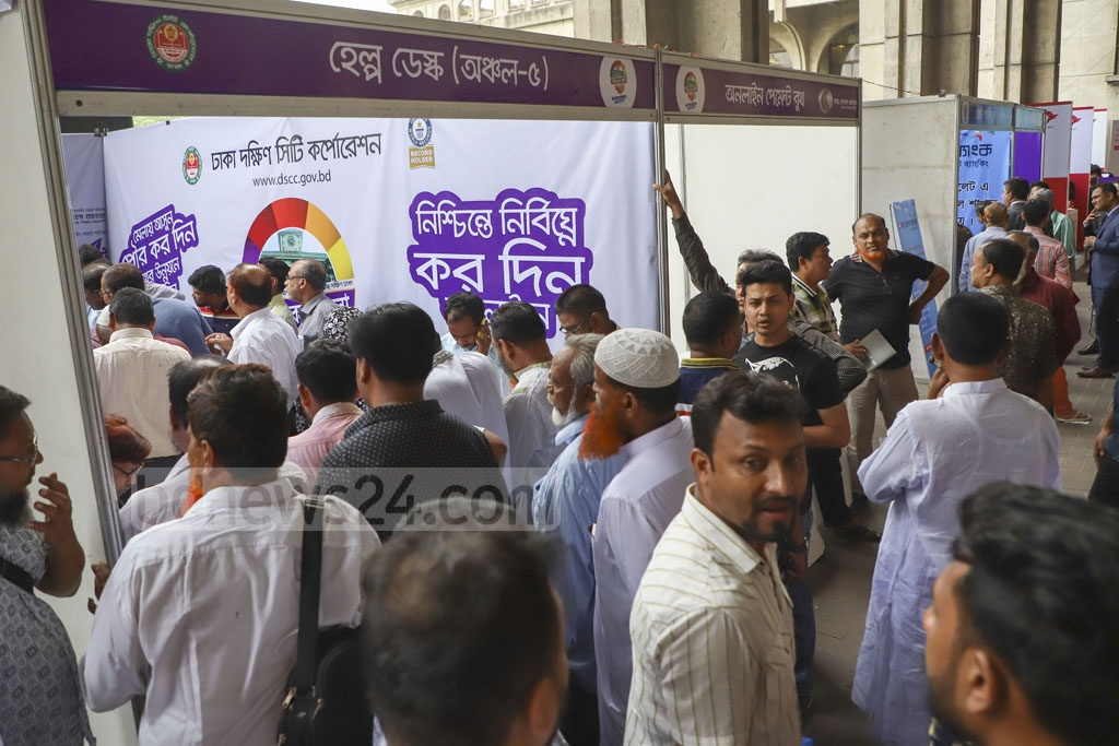 Taxpayers crowding the Nagar Bhaban building in Dhaka on the first day of the Municipal Tax Fair 2019 on Wednesday. Photo: Abdullah Al Momin