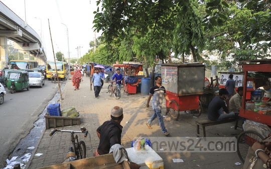 Several makeshift shops occupy the pavement near the entrance of illegally constructed BGMEA building in Dhaka's Karwan Bazar adding to the troubles of the commuters and pedestrians. Photo: Abdullah Al Momin