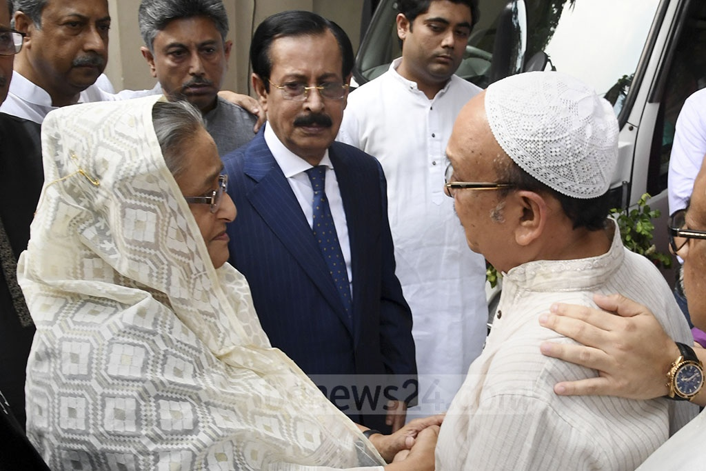 Prime Minister Sheikh Hasina consoling her grieving relatives on Wednesday as they prepare for the burial of Zayan Chowdhary, grandson of Hasina's cousin and Awami League leader Sheikh Fazlul Karim Selim. The boy was killed in the Sri Lanka Easter Sunday attacks. Photo: PID