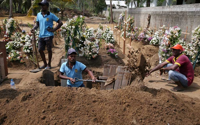 Gravediggers work at the site of a mass burial in Negombo, Sri Lanka, April 25, 2019. Reuters