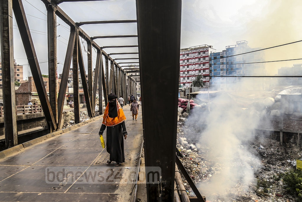 Plastic garbage are burnt under the Lohar Bridge in Kamrangirchar, causing air pollution and foul smell. It appears that there is no-one to look into the issue. Photo: Mahmud Zaman Ovi