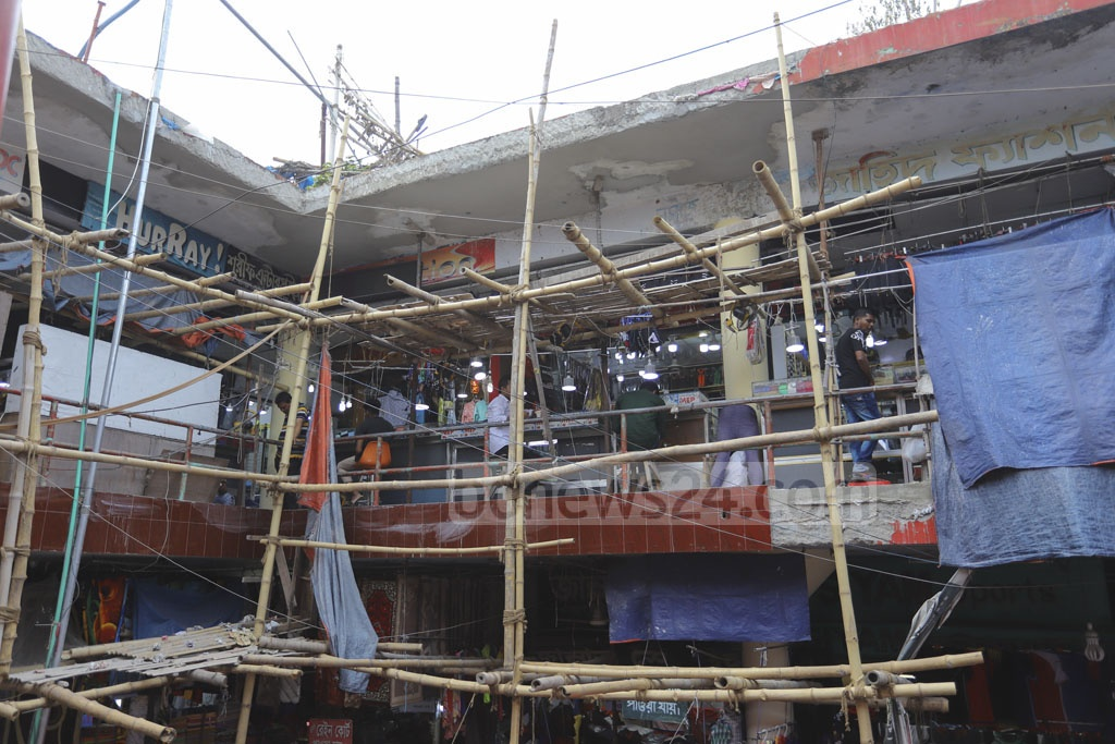 In 2007, an expert panel from Bangladesh University of Engineering and Technology or BUET identified the Dhaka New Super Market building as risky and recommended demolition. But still, the owners are carrying out partial repair on the building constructed in the 1980s. Photo: Asif Mahmud Ove