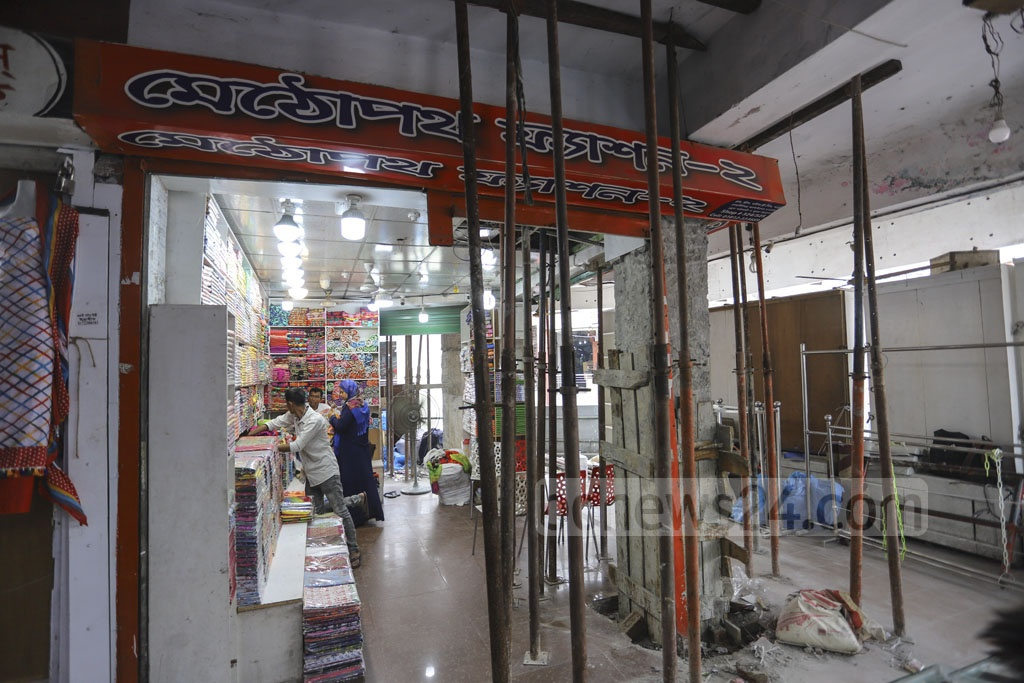 Shops at the risky Dhaka New Super Market are open during repair work. Photo: Asif Mahmud Ove