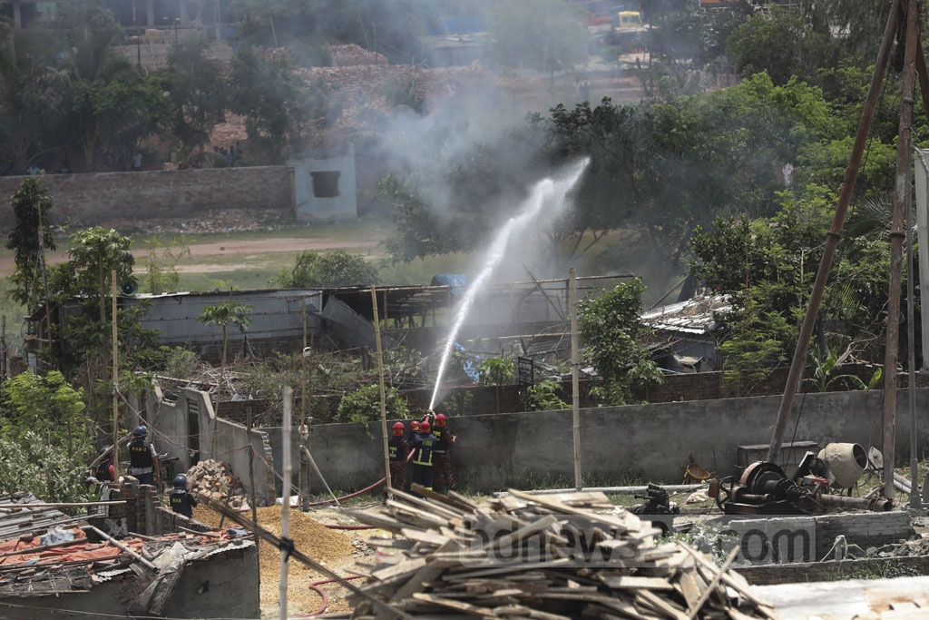 Fire Service and Civil Defence personnel spraying water on a suspected militant hideout on Road No. 8 at Metro Housing in Bosila near Mohammadpur after blasts during a RAB operation on Monday. Photo: Mahmud Zaman Ovi