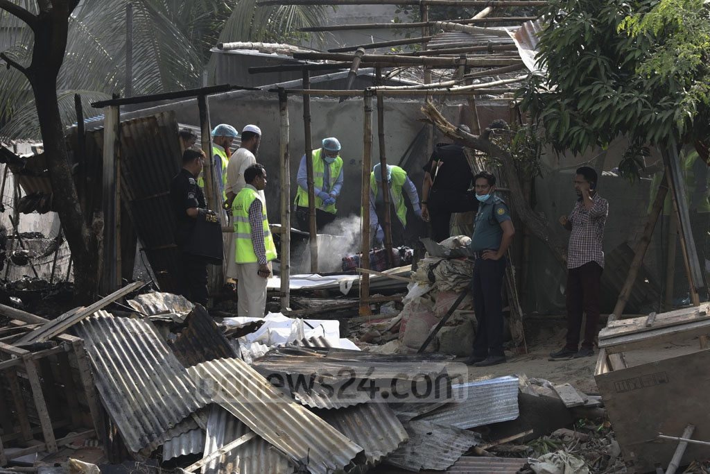Forensic experts from police's Criminal Investigation Department collecting evidence from a suspected militant hideout on Road No. 8 at Metro Housing in Bosila near Mohammadpur after a RAB operation on Monday. Photo: Mahmud Zaman Ovi