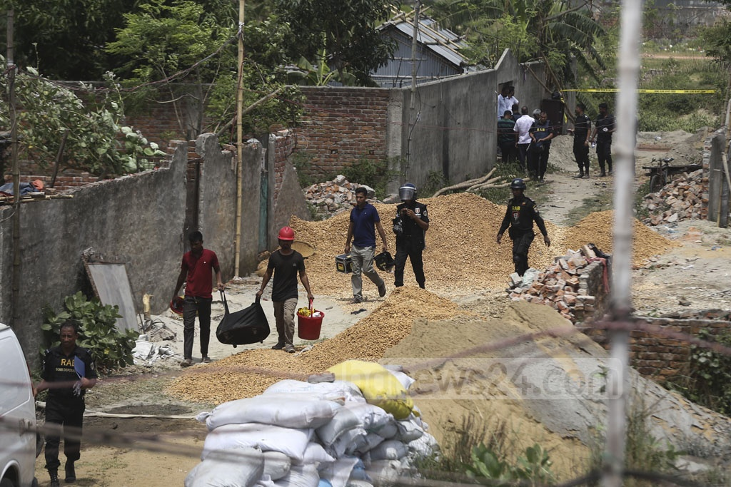 A RAB team carrying evidence from a suspected militant hideout on Road No. 8 at Metro Housing in Bosila near Mohammadpur on Monday. Photo: Mahmud Zaman Ovi