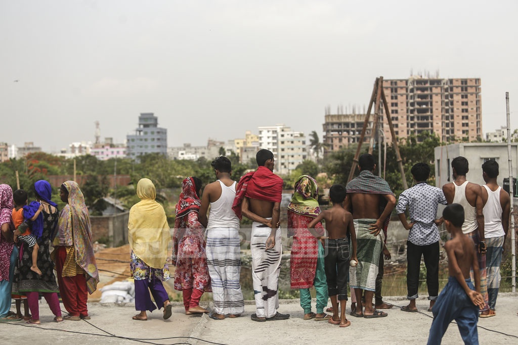 Onlookers gathered during a RAB operation on a suspected militant hideout on Road No. 8 at Metro Housing in Bosila near Mohammadpur in Dhaka on Monday. Photo: Mahmud Zaman Ovi