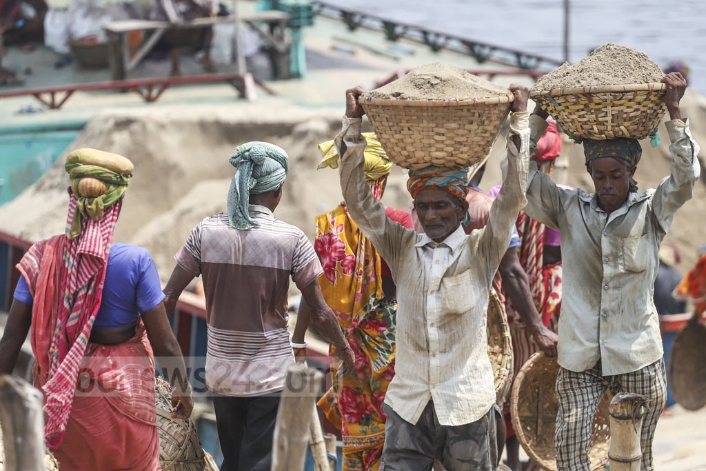 Labourers carrying sand onshore from a trawler at Hasnabad in Dhaka's South Keraniganj. Photo: Abdullah Al Momin