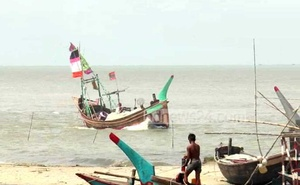 Representational Image: Fishermen in Bhola harbouring their boats ahead of cyclone Foni.