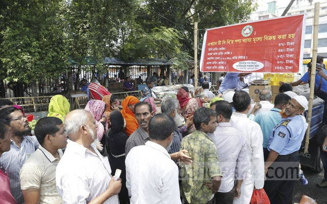 Trading Corporation of Bangladesh has started selling essential commodities at fair prices ahead of Ramadan under a scheme, called Truck Sale, for the poor. This photo shows customers crowding around a truck to buy products under the TCB programme in the street next to the National Press Club in Dhaka on Sunday.