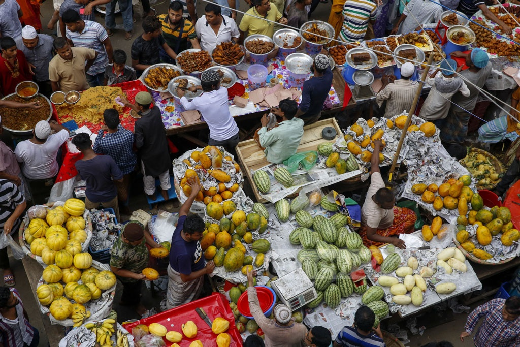 Fruits popular for Iftar are also sold at Chawkbazar in Dhaka. Photo: Mustafigur Rahman