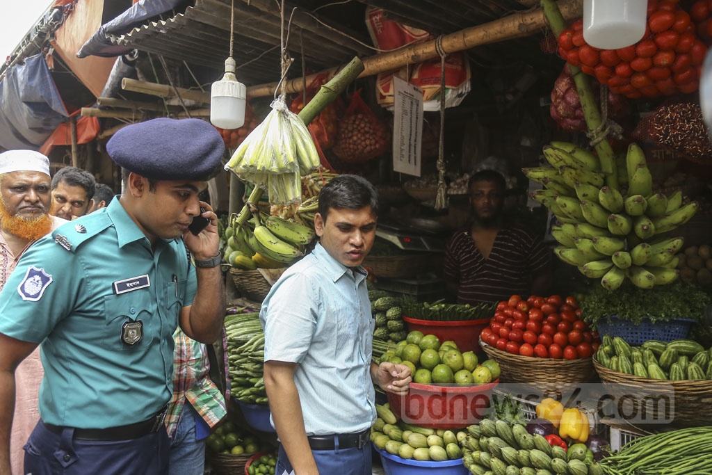 A panel from Dhaka South City Corporation and the police monitor prices of essentials at the kitchen market in Dhaka's Hatirpool on Thursday. Photo: Mahmud Zaman Ovi