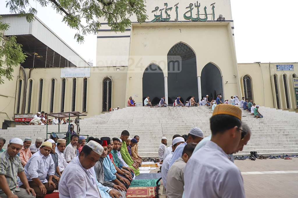 Many worshipers offered prayers under the scorching sun outside the Baitul Mukarram National Mosque in Dhaka as the mosque was filled up during the first Juma'a prayers of this Ramadan. Photo: Abdullah Al Momin