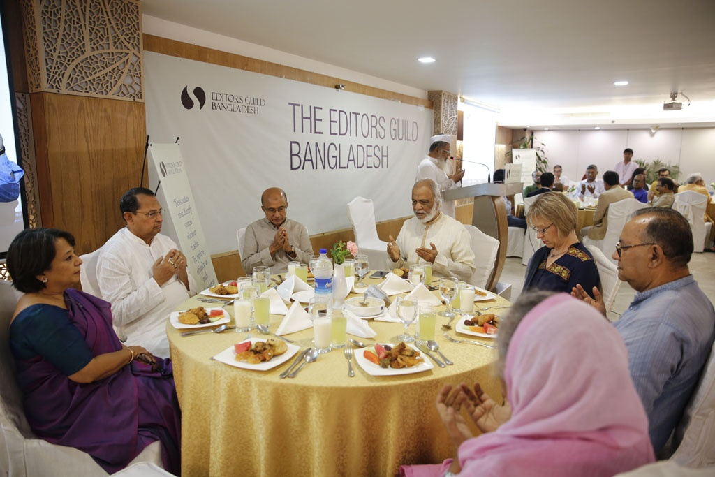 Islamic scholar Moulana Farid Uddin Masud, the chairman of Bangladesh Jamiatul Islam who leads the largest Eid congregation of the country in Kishoreganj's Sholakia, conducting a Munajat before Iftar at the first public event of the Editors Guild, Bangladesh in Dhaka on Wednesday.