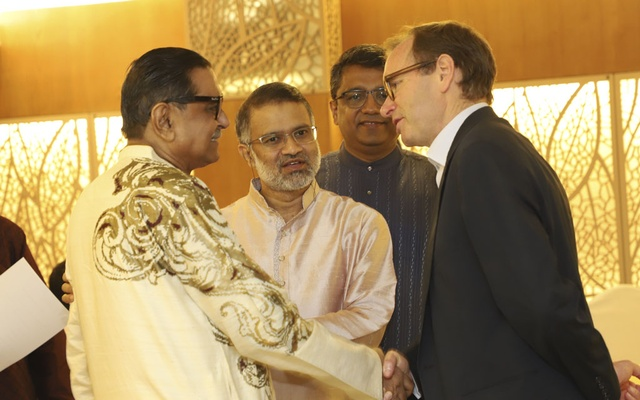 Workers Party President and former minister Rashed Khan Menon shaking hands with British High Commissioner Robert Dickson in the first public event of the Editors Guild, Bangladesh in Dhaka on Wednesday.