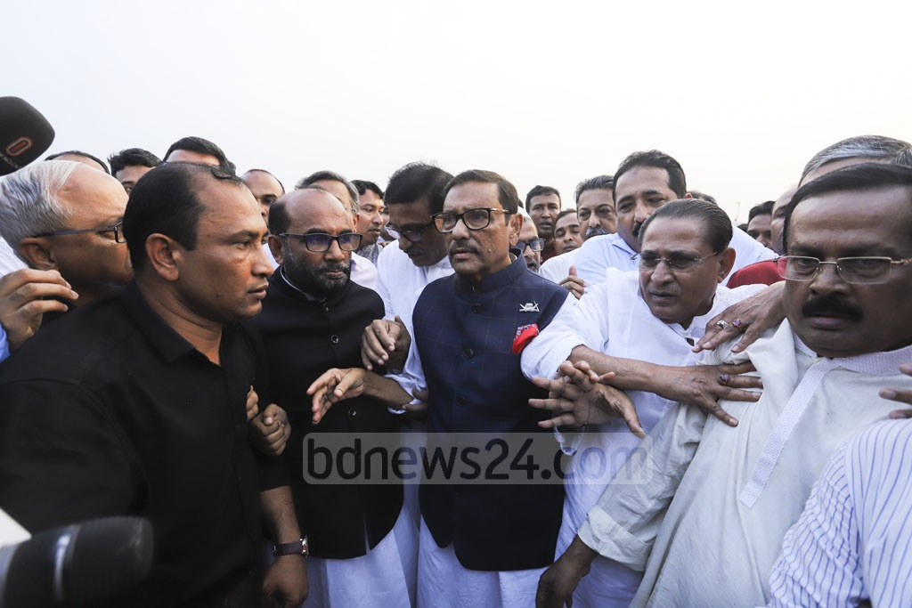 Awami League leaders welcoming their General Secretary Obaidul Quader at the Dhaka airport on Wednesday on his return from Singapore after treatment. Photo: Asif Mahmud Ove