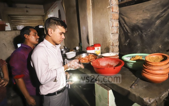 A DMP mobile court found a restaurant at Mirpur preparing food in an unhygienic environment during a drive on Sunday. Photo: Asif Mahmud Ove
