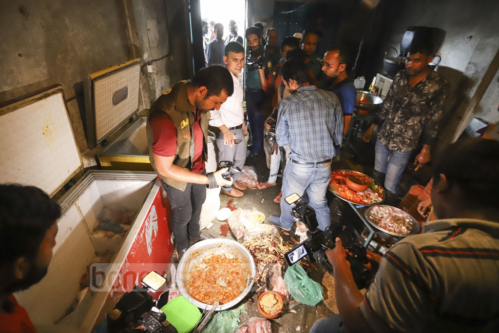 A mobile court of Dhaka Metropolitan Police fined Prince Hotel and Restaurant at Mirpur Tk 300,000 on Sunday for preparing food in an unhygienic environment. Photo: Asif Mahmud Ove