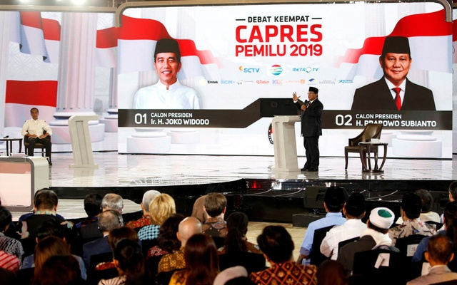 Indonesia's presidential candidate Prabowo Subianto speaks as his opponent Joko Widodo listens during a television debate ahead of the next general election in Jakarta, Indonesia, Mar 30, 2019. REUTERS