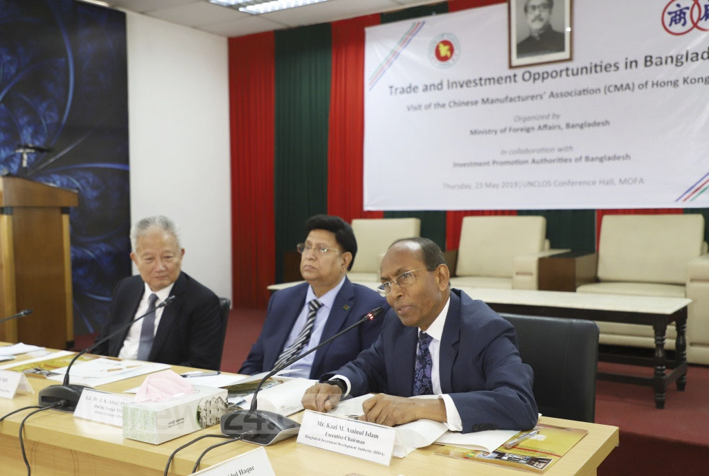 BIDA Executive Chairman Kazi M Aminul Islam exchanging views with a delegation of the Chinese Manufacturers' Association of Hong Kong at the Ministry of Foreign Affairs in Dhaka on Thursday. Photo: Abdullah Al Momin