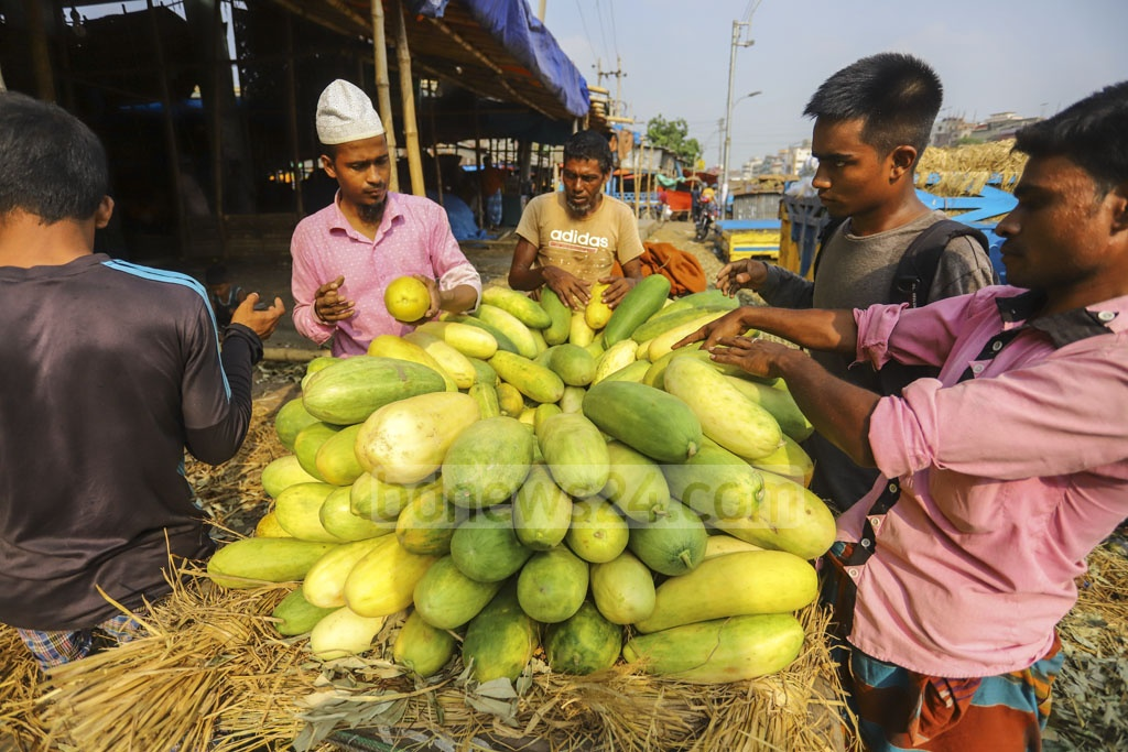 Seasonal fruits from around Bangladesh arrive at the wholesale . Photo: Asif Mahmud Ove